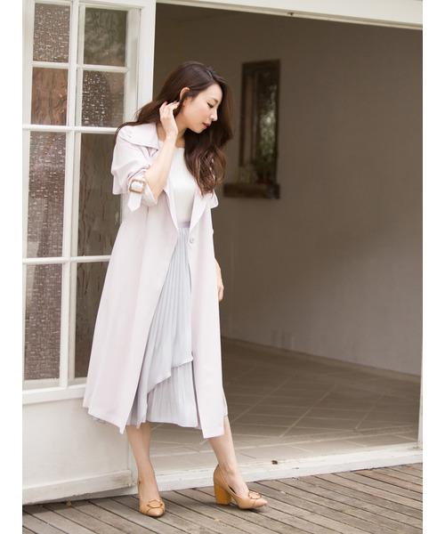 ◆MERCURYDUO テロンチコート  オフホワイトのトレンチコートをイレギュラーヘムの淡いグレーのプリーツスカートにはおったフェミニンなコーディネート。全体がホワイト系の淡いカラーですから、パッと目を惹くエレガントな着こなしになります。