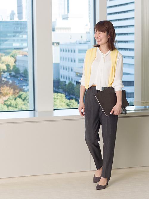 細いボウタイとパステルカーデで、オフィスカジュアルにできる女をアピール。柔らかな印象を。