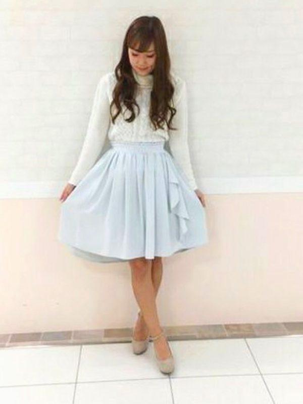 ライトブルーのスカートが、さわやかさを演出してくれています♡上品な雰囲気のブラウスと合わせても、素敵ですね。