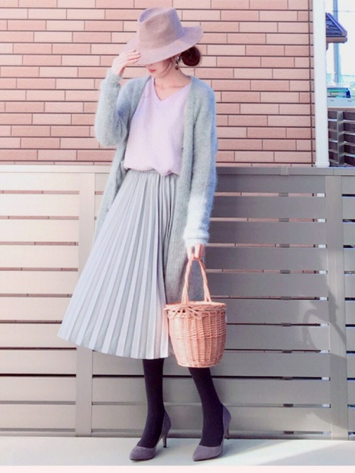 ふんわりとしたシフォンのスカートにブルーグレーのロングカーデを合わせたコーデ。アイテムとしては甘くなりやすいですが、カラーがシックなので大人っぽいですね。