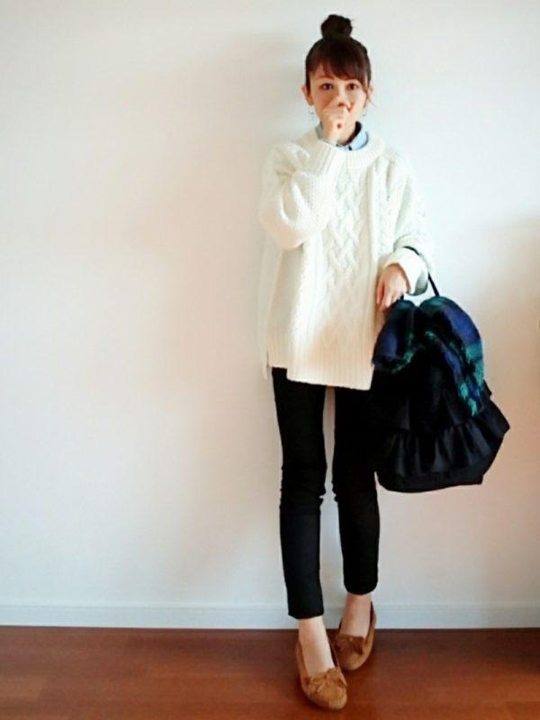 GUのブラックパンツを使ったコーデ。大人カジュアルスタイルに♪シャツとニットを合わせるだけで、爽やかな雰囲気になりますね。モカシンを履くと、抜け感が出てお洒落に。