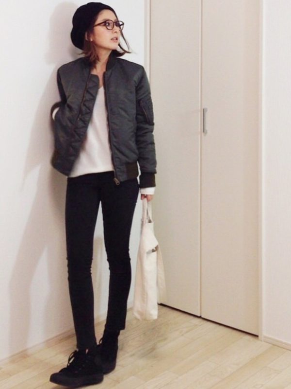 ザラのデニムパンツコーデ。ブラックカラーのパンツは。メンズライクな装いに。ワークジャケットと合わせて、かっこよく着こなしています。スニーカーもブラックカラーにすると、脚長効果も期待できます♪