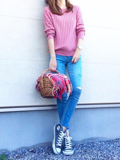 ◆ピンク×ブルー  シンプルなダメージデニムとのコーディネート。ピンクのトップスに最も似合うのはブルーデニム。トレンドに関係なく合わせやすいアイテムです。春らしいかごバックと、肌寒いとき羽織れるショールを持ってお出かけ。足元はコンバースで。