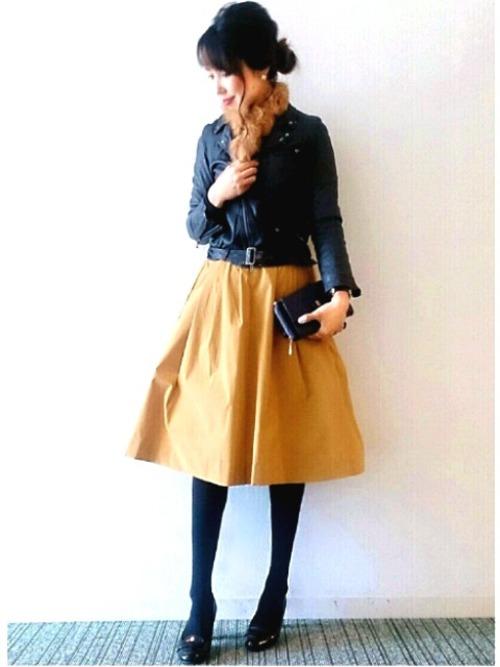 女子力の高いイエロースカートをハードなライダースジャケットでシックにコーディネート。甘辛コーデを大人っぽく着こなしたお手本にしたいスタイルです。スカートとマフラーのほかはクールなブラックで決めて♪