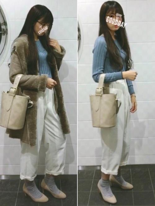 ◆ブルー×ホワイト  爽やかなブルー×ホワイトのコーディネート。ボトムスはGUのゆるっとしたパンツ。裾をロールアップさせて肌を少し見せて、ソックス+パンプスで抜け感のあるコーデに仕上げましょう。トレンドのバケツ型バッグもGU。