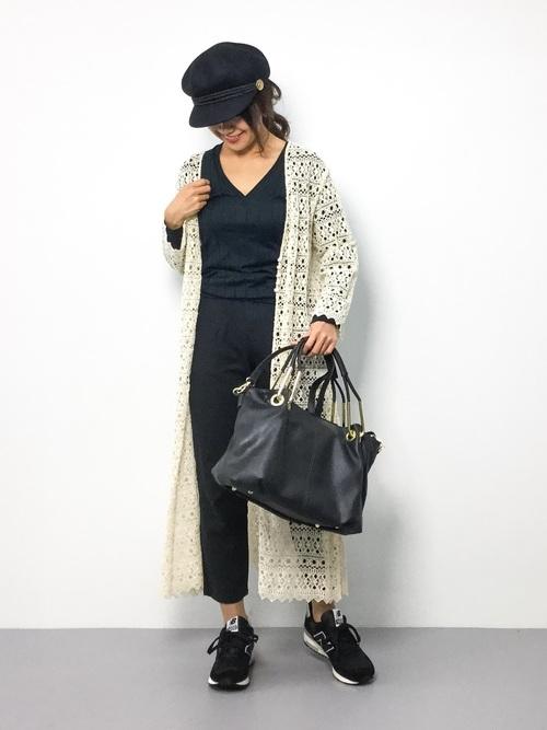 しっかりした編み目の生成りレースのガウン。存在感のあるガウンですから、モノトーンのスポーティーなスタイルに合わせても華があります。薄いレースより落ち感があるので、ストンとした着こなしで細見え効果を狙えそう。
