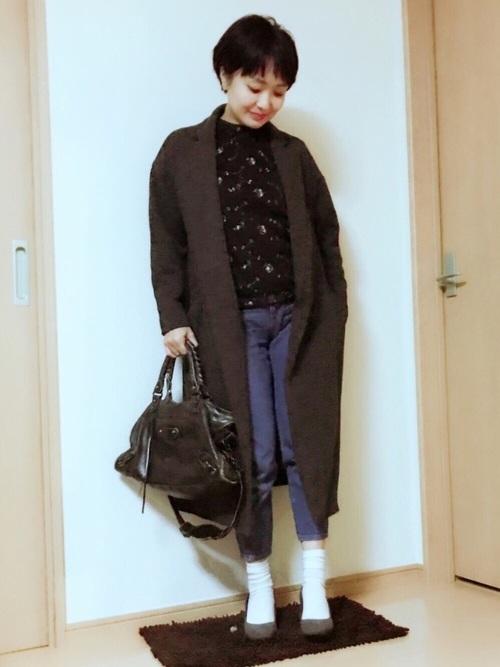 ブラックのコーディネートで人気なのは、同系色でまとめた統一感のあるスタイル。重たくなりがちなコーデは、パンプスとアンクルジーンズで軽さを出して。