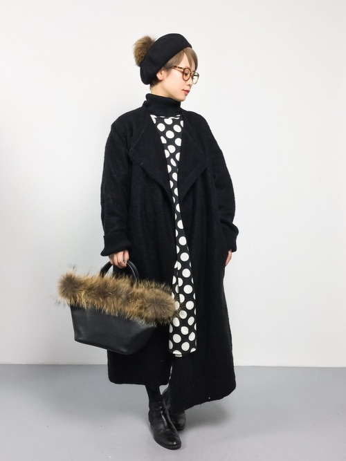 インナーにブラックのタートルネックを合わせて冬バージョンに。もちろん一枚で着ても一味違ったスタイリングに。ドルマンスリーブで今年風をアピールして。小物もブラックで統一感を。