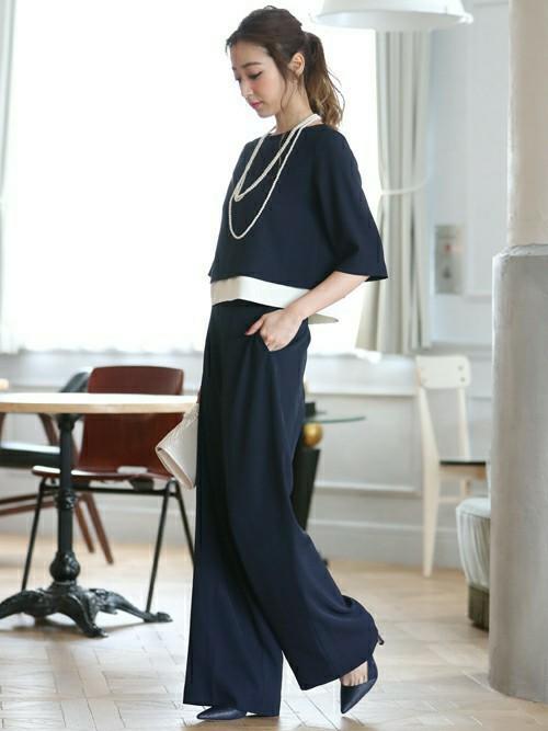 一般的なフォーマルスタイルが苦手、という方も最近は多いようです。そんな方におすすめなのが、おしゃれなセットアップのパンツスタイル。ブラックやネイビーカラーのスラックス調のワイドパンツと、裾にホワイトラインが入った清潔感のある五分袖トップスのセットアップです。子どもたちにもおしゃれなお母さんと認識されそう。