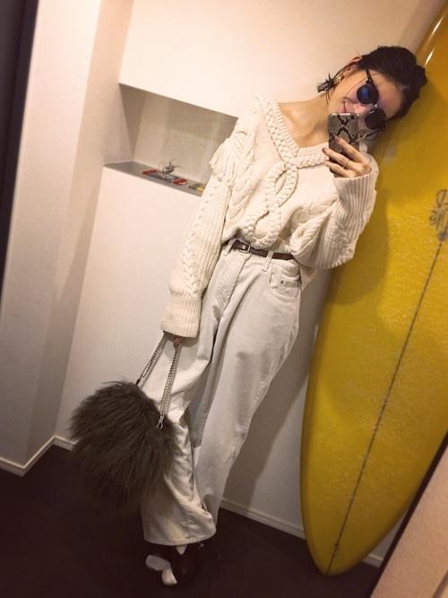 オールホワイトコーデにカーキのファーバッグが可愛いですね。チェーンのショルダーとチベッットラムの毛質がラグジュアリーですね。