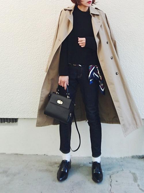 ニットとパンツのシンプルなコーディネートも、ベルトにスカーフ使いを取り入れるだけでトレンド感がプラスされます。目立ちすぎない色味を抑えたコーデになっていますね。