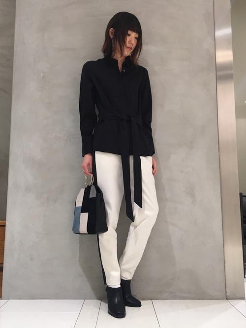 女性らしいデザインのシャツと合わせてモードな雰囲気に。ウエストのリボンを垂らすとさらに縦長効果が♪