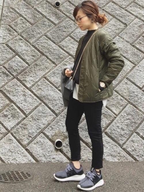 オールブラックのかっこいいコーデにもちょうど良いカジュアル感でスタイリッシュです。靴のボリュームや、チェーンバッグの持ち方などバランスが良いですね。シンプルな時こそ一つ一つのアイテムのデザインやシルエットにはこだわりたいですよね。