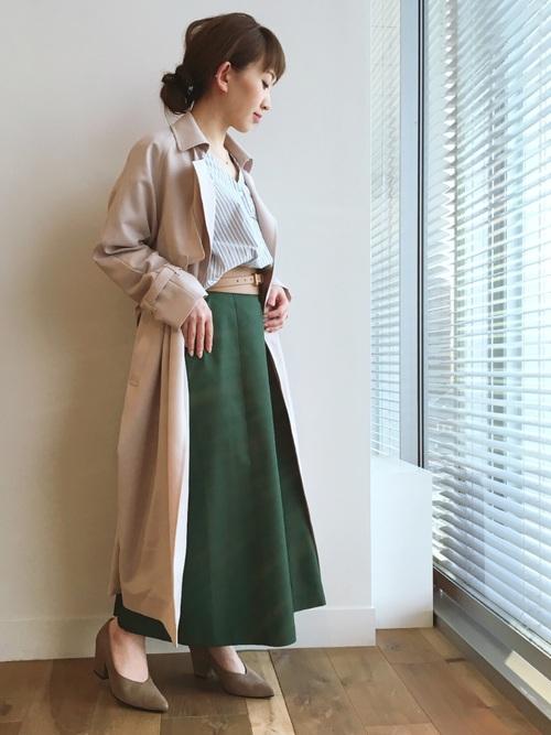 ロング丈で体をつつんでくれるガウンコートは春先の必須アイテム。手持ちのスキッパーシャツとロングフレアスカートにはおるだけで、今年の顔に見せてくれます。今季の着こなしポイントはサッシュ風のベルトをインナーでもアウターの上からでもいいから、巻いてウエストをマークすることです。