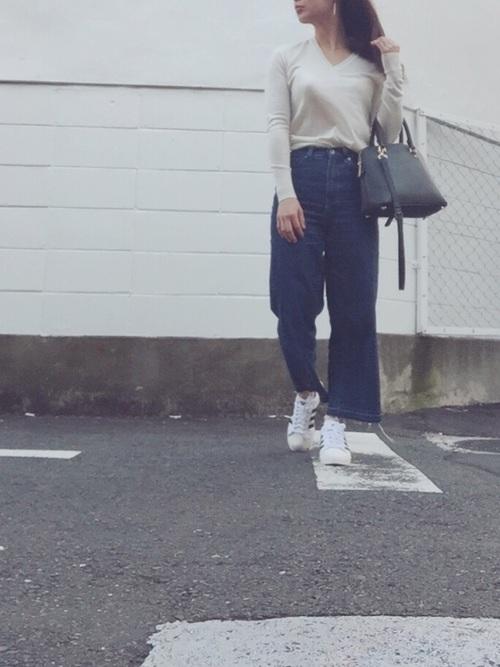 クロップド丈といっても、身長155cmの女性が着用すると足首までくる丈です。クロップドっぽく着たい場合は折り返せばOK。幅広(10cm以上)の折り返しが今季風。手持ちのVネックニットとスニーカーに合わせるだけの簡単コーディネートでトレンドスタイルがつくれます♪