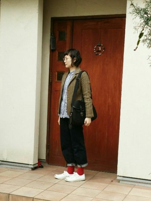 ロールアップしたワイドデニムと赤の靴下がかわいいデニムコーデ。カーキのジャケットがほどよいキチンと感をプラス。
