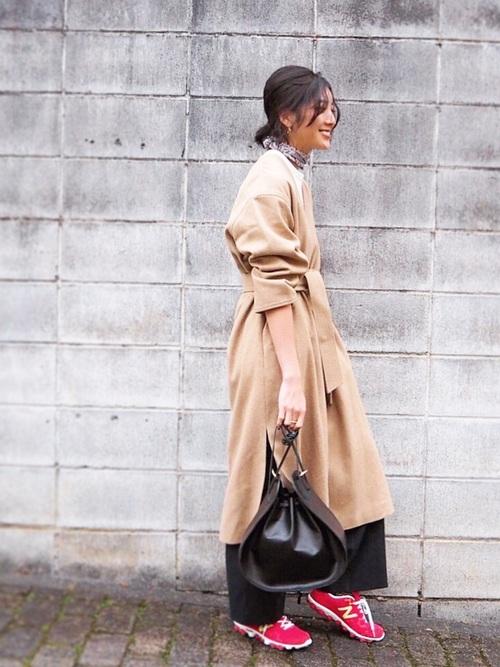 ノーカラーコートが、最近のファッションの傾向にぴったりくるシルエットなんですね。袖をまくってウエストを絞って着こなし方が美人すぎます。素敵ですね。赤いスニーカーもアクセントになってますね。