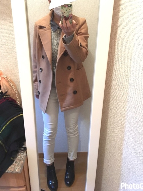 明るめカラーのジャケットにもホワイトスキニーで春らしいカラーコーデ。スキニーの裾をロールアップしてちょっぴり肌見せが透け感☆