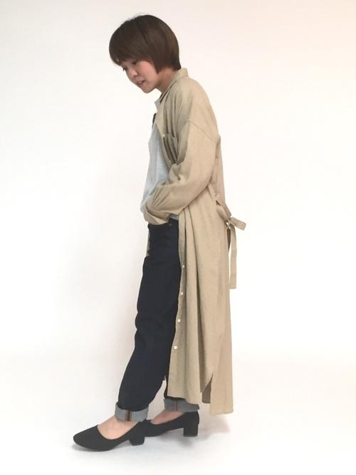 ベージュのシャツワンピースとデニムパンツを使ったシンプルなコーデ。ベージュのシャツワンピースは落ち着いて見えるのでナチュラルで大人っぽい仕上がりに。靴はパンプスを合わせてレディライクに。
