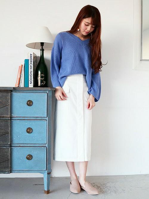 ホワイトのワークチノスカートと爽やかなブルーのニットとのきれいめコーディネート。ホワイトチノスカートなら、ふつうのスカートと同じイメージできれいめのコーディネートが可能になります。足元は流行のバブーシュでこなれ感をだして♪