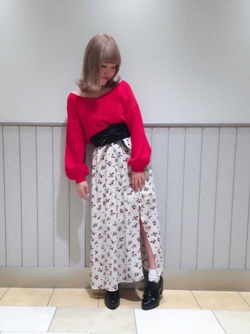 ロングのスカートに合わせて思いっきりかわいらしく。ガーリーになりすぎないように、大きくあいた胸元やスカートのスリットでセクシーさをかもし出して。