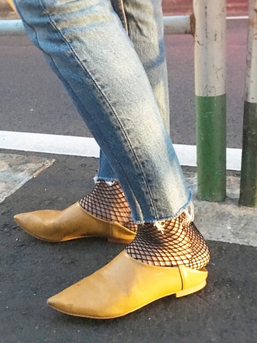 網タイツに靴。流行りそうですね。しかもトレンドカラーのイエローの靴は真っ先に欲しいですね。セクシーですね。