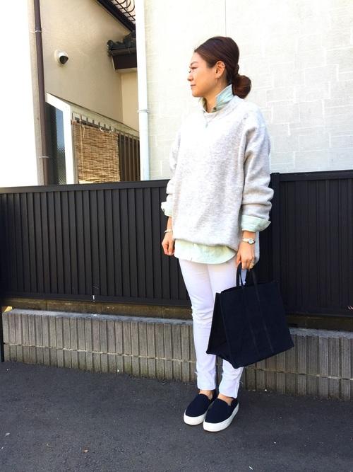 ホワイトのパンツを使って、ワントーンコーデを♪ブラックの小物を合わせて大人っぽく決めればカッコイイけどナチュラルな着こなしが作れます。