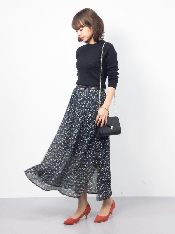 キュッと襟元が詰まったトップスに、小花柄のロングスカートを組み合わせたコーデ。薄手生地のスカートが、エレガントで素敵ですね。オレンジカラーのパンプスとの相性も抜群です。