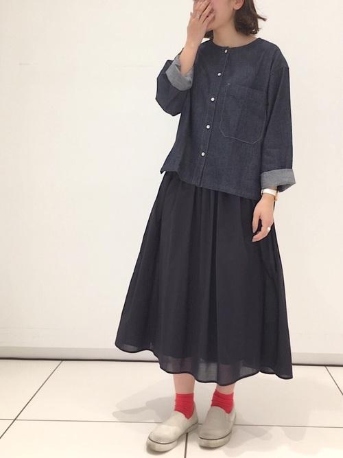 ◆デニムノーカラーシャツ(長袖)  ノーカラーでボクシーシルエットが魅力のデニムトップス。大きめのポケットがワークテイストなシャツです。後ろが長めに作られているから、タックアウトして着るのがおすすめ。袖はロールアップして動きやすく着るのが◎