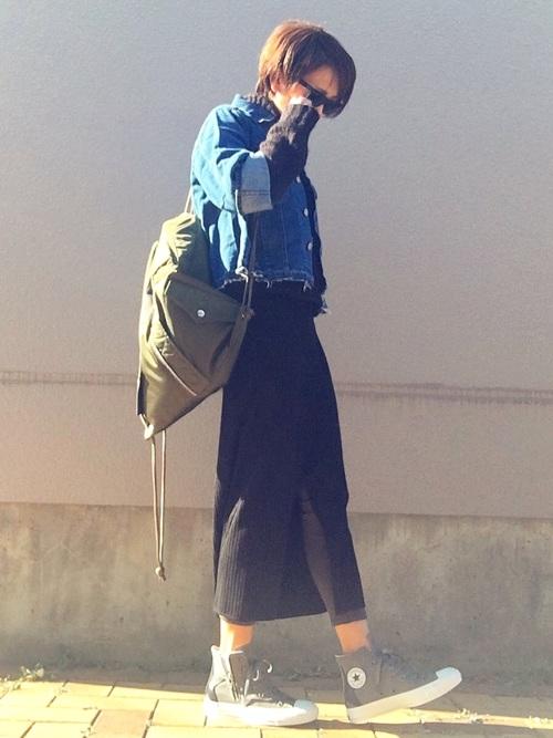 カットオフデニムジャケットとカーキのリュックが、スカートの上品さを押さえている、クールでカッコいい大人女子のカジュアルコーデ。
