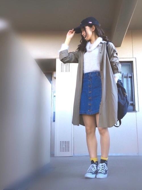 無地のシャツワンピはアウターとして羽織るのが使いやすいですね。春の気配を感じたらひざ上のデニムスカートで元気よく!