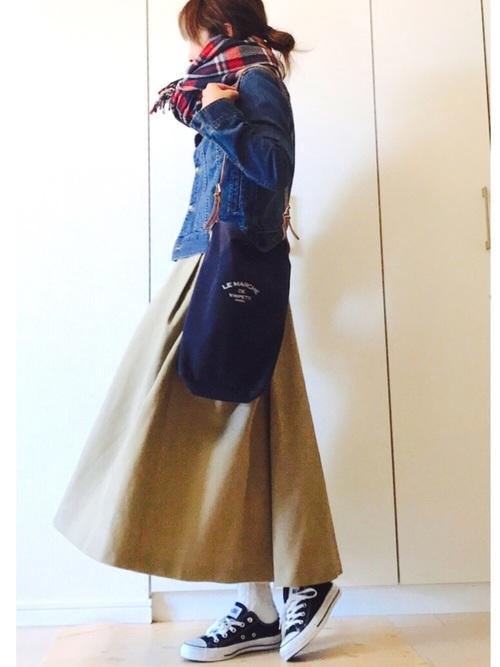 ブルーのデニムジャケットにボリュームのあるロングフレアスカートを合わせたコーデ。チノスカートはデニムとの相性がすごくいいので、このコーディネートにしているおしゃれさんは多く見かけます。足元はスニーカーでもショートブーツでも◎