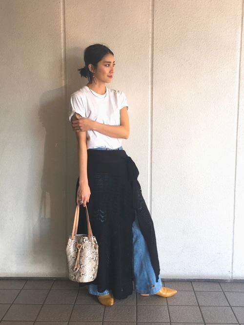 黒の透け感のあるラップスカートをワイドデニムパンツにレイヤードしたコーデ。今季はレースのスカートをデニムに重ねるコーデが流行っていますよね。ワイドなデニムという点とラップスカートという点が吉田さんらしいバランスですね。