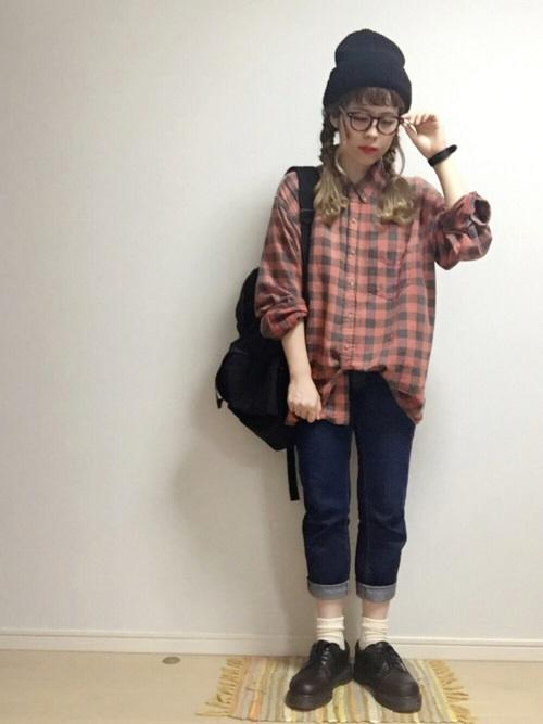 シンプルなアメカジコーデ♪短めにロールアップしたジーンズと靴下のバランスが、とっても可愛いコーデ♡