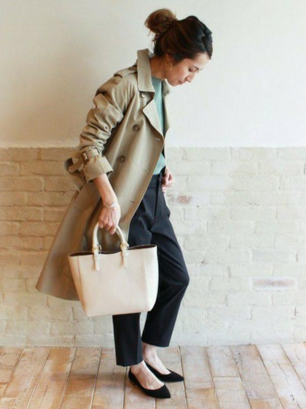春の定番トレンチコートコーデ。コートの中をグリーンカラーにして、春らしく。オフィススタイルにもぴったりなスタイルですね。トップスを柔らかな色にするだけで、女性らしくてフェミニンな雰囲気に。