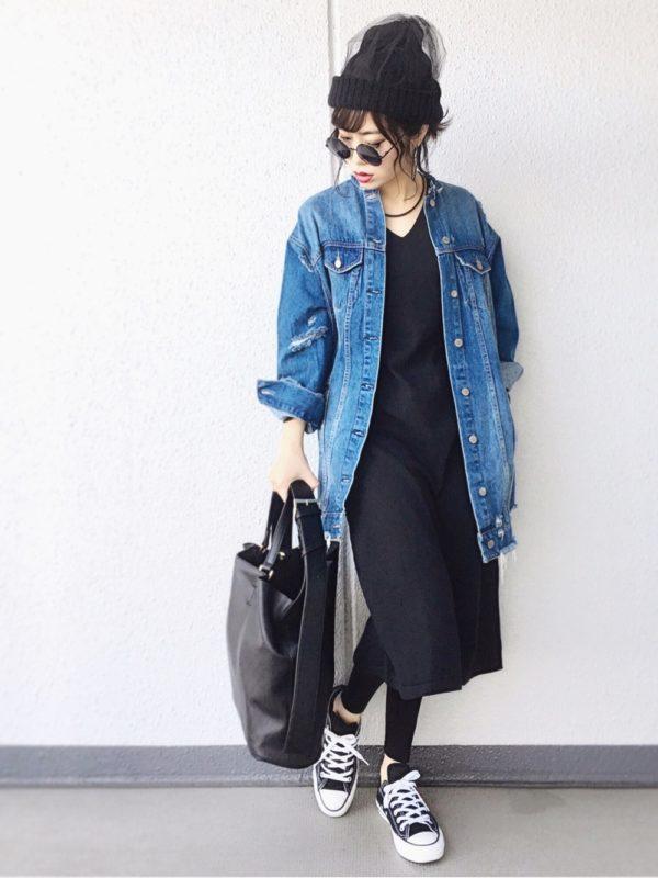 ザラのデニムジャケットを使ったコーデ。シンプルなブラックカラーのワンピースに、さらりと羽織ったカジュアルコーデ。ビッグサイズのデニムジャケットは、シャツのような雰囲気で軽やかな印象に♪こなれた感が出ていて素敵ですね。