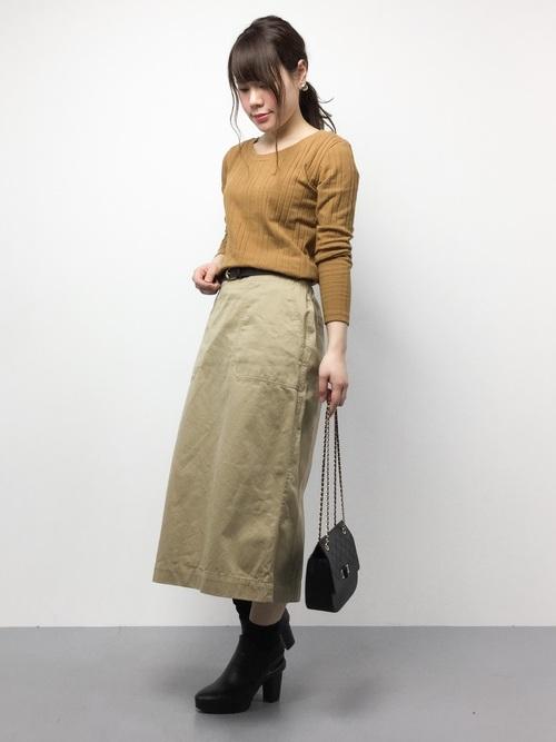 キャメルのカットソーとロングのチノスカートとのコーディネート。おとなしめの色遣いでのIラインコーディネート。カットソーはストレッチ素材で首周りが広く開けてあるので、女性らしいネックラインになります。スカートはウエスト周りをスッキリと見せる後ろファスナータイプです。