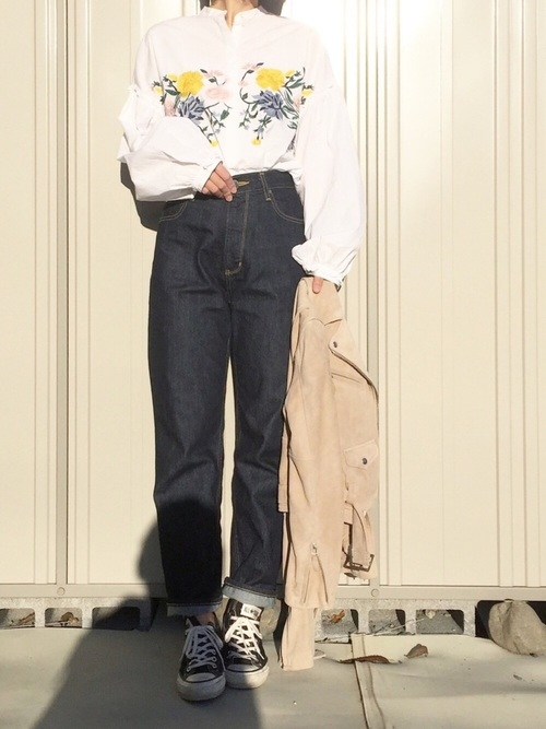 袖がフワッとしたデザインシャツはフェミニンコーデにはピッタリ。スニーカーやアウターを辛口にすれば大人っぽい雰囲気に。