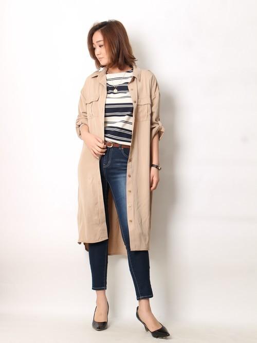 ヌーディカラーのシャツを羽織った大人カジュアルなスタイル。スキニーデニムで縦長効果のあるシルエットに。
