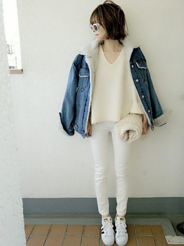 ザラのデニムパンツを使ったコーデ。清潔感のあるホワイトカラーのデニムパンツは、美シルエットで好感度アップ!!ジャケット以外ホワイトカラーでまとめて、すっきり感を強調すると素敵に仕上がります。