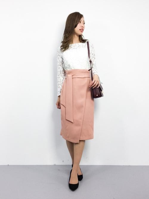 清潔感のあるホワイトレースのちょっと透け感のあるトップスに上品なピンクのタイトスカートを合わせたコーディネート。アクセサリーはもう少し華やかにしても許されます。パーティースタイルとはいえ、足元は華奢なサンダルではなく、シックなパンプスがスクールフォーマルでは基本です。