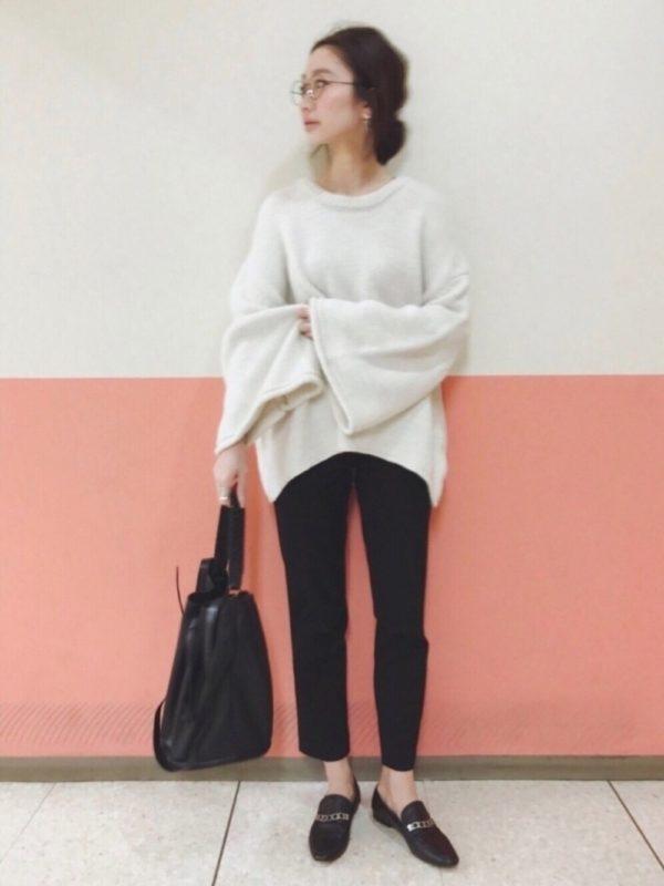 ザラのシューズを使ったコーデ。メンズライクなかっこいいデザインのシューズはザラらしい1足ですね。ざっくりニットにパンツを合わせたスタイルに履くと、抜け感が出ますね。