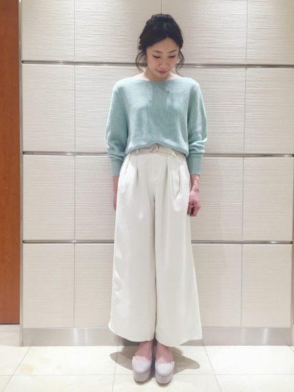 ライトグリーンの春ニットとワイドパンツで、きれいめ系の大人女子コーデ。柔らかい雰囲気が素敵です。
