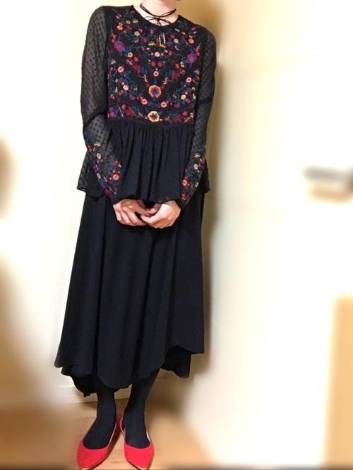 身ごろと袖の刺繍がフェミニンな印象で差し色のパンプスが効いています。アシンメトリーのスカートでトレンド感も。