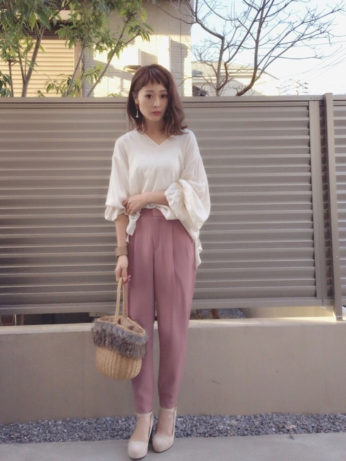 袖のデザインが特徴の白ブラウスやピンク系でまとめたコーデはレディライクな雰囲気。ベレー帽をプラスしても♡