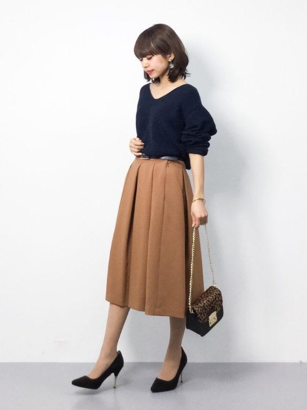 Vネックのニット&ブラウンカラーのスカートを合わせた大人コーデ。オフィススタイルにもぴったりな上品でエレガントな装い。ゆったりしたトップスも、ベルトでウエストをキュッと締めることでメリハリが♪ハイヒール&ミニバッグの組み合わせが女性らしくて素敵ですね。