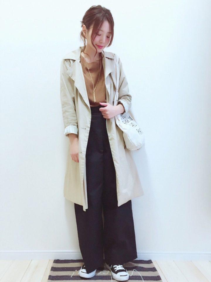淡い色合いのトレンチコートは、春らしくふわっと羽織って袖もロールアップ♪ワイドパンツと合わせて今どきスタイルに♪