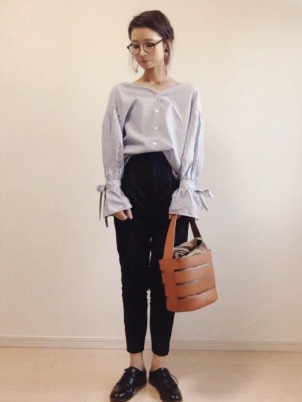 先ほどのシャツの別カラーバージョン。袖のリボンが存在感があって、パンツスタイルにも華がありますね。Vネックが綺麗な肩周りを演出してくれていて、女性らしい印象に。ボトムスとシューズはメンズライクにして、メリハリコーデに。