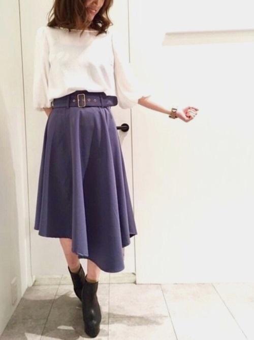 ネイビーのアシンメトリーなスカートにホワイトトップスを合わせて、トレンドライクな春コーデに。変形ヘムスカートは、いつもと一味違った雰囲気が楽しめます。ショートブーツの他、パンプスと合わせてきれいめな仕上がりに。