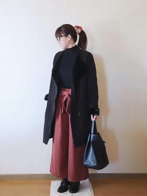 ブラックのムートンコートはシンプルな着こなしにもピッタリ。ブラックの中にワイドパンツで挿し色を取り入れて。大人っぽい落ち着いた雰囲気が大人女子にもオススメです。